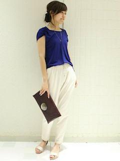 白のジョガーパンツ×ネイビーTシャツ