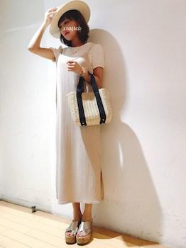 9白のキャミワンピ×白Tシャツ×ウェッジソールサンダル