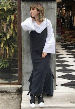 1黒のキャミワンピ×VネックTシャツ×スニーカー