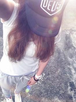 7 guのジョガーパンツ×白Tシャツ×キャップ