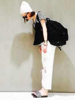 7黒のキャミソール×ボーダーTシャツ×白デニムパンツ