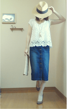 2レースのキャミソール×Tシャツ×デニムタイトスカート