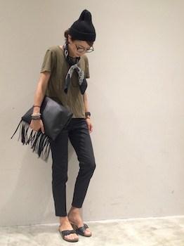 8 UネックのTシャツ×黒デニムパンツ×スカーフ