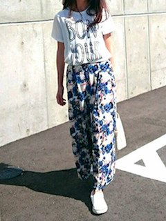 7 guのスカーチョ×プリントTシャツ×スニーカー