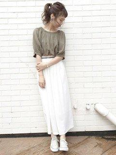 10白のスカーチョ×パフ袖トップス×スニーカー