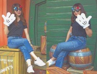 VネックTシャツ×ジーンズ×ディズニー双子コーデ