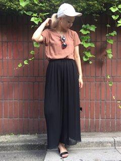 6黒のスカンツ×ブラウン系Tシャツ×キャップ