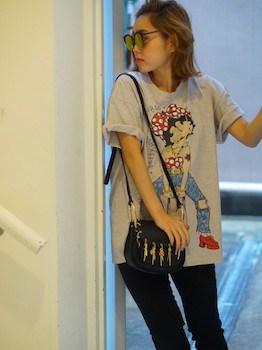 13キャラTシャツ×黒デニムパンツ×ショルダーバッグ