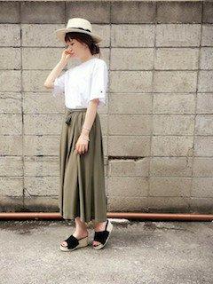 11カーキのスカーチョ×白Tシャツ×カンカン帽子