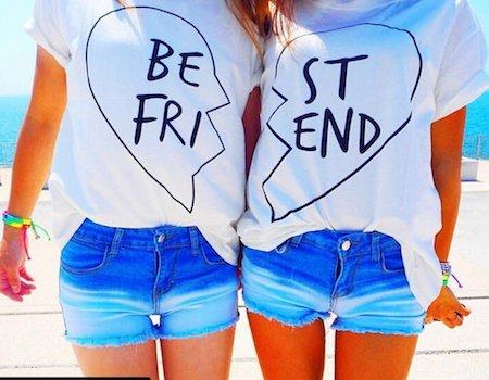 7プリントTシャツ×ショートデニムパンツ×フェス双子コーデ