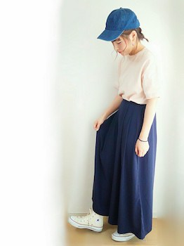 7ネイビーのスカンツ×ピンクのTシャツ×キャップ