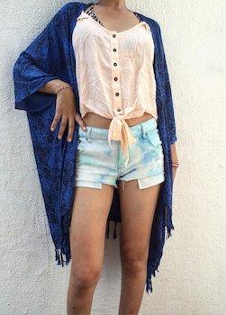 フリンジ付きのサマーカーディガン×ピンクのシャツ×ショートパンツ