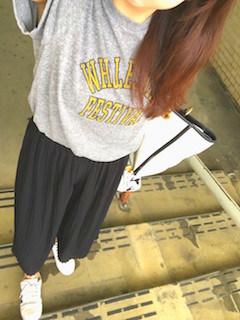4黒のスカーチョ×プリントTシャツ