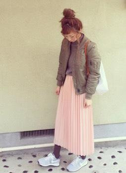 3ピンクのプリーツスカート×MA1×スニーカー