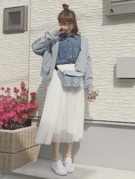 9白のプリーツスカート×デニムシャツ×ジップパーカー