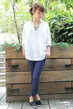 白スキッパーシャツ×ボーダータンクトップ×カラーパンツ