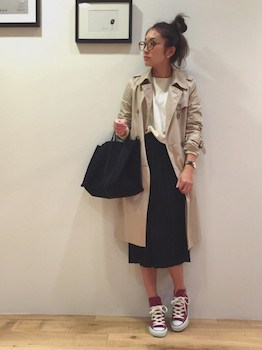 6黒のプリーツスカート×ボートネックTシャツ×トレンチコート