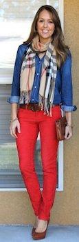 赤のスキニーパンツ×デニムシャツ×ストール