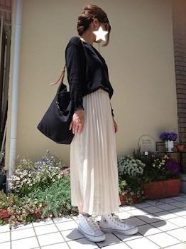 7白のプリーツスカート×黒ニット×ハイカットスニーカー