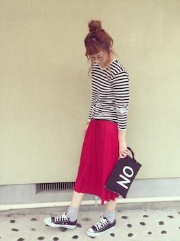 3赤のプリーツスカート×ボーダーTシャツ×スニーカー