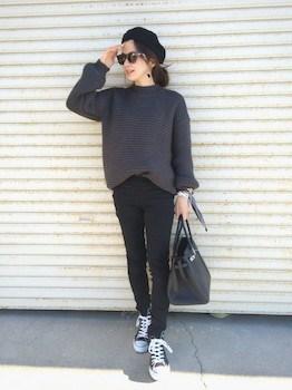 10黒のスキニーパンツ×セーター×スニーカー