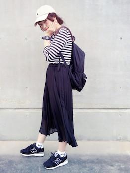 2ネイビーのプリーツスカート×ボーダーTシャツ×スニーカー