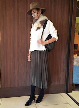 10グレーのプリーツスカート×白ニットセーター×ファースヌード