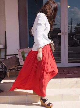 1赤のプリーツスカート×白ブラウス×厚底サンダル