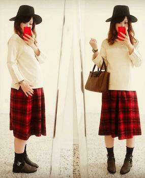 6白い長袖トップス×プリーツスカート×スリッポン