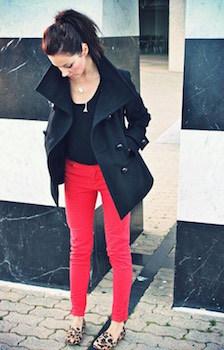 赤のスキニーパンツ×UネックTシャツ×ハーフコート
