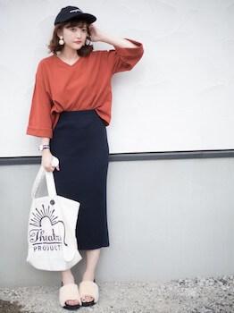 5ファースポサン×VネックTシャツ×タイトスカート