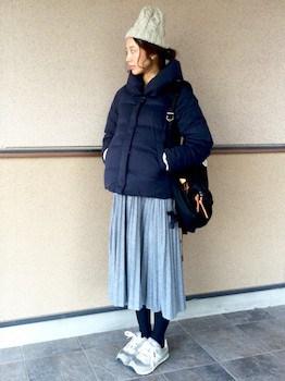 5グレーのプリーツスカート×ダウンジャケット×ニット帽子