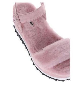 厚底ピンクのファーサンダルの履き方