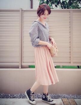 10ピンクのプリーツスカート×チェック柄シャツ×スニーカー