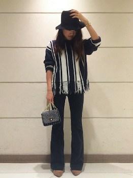 2黒のコーデュロイパンツ×ストライプ柄のセーター×ハット