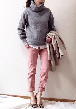 3ピンクのスキニーパンツ×タートルネックセーター