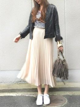 3ベージュのプリーツスカート×ボーダーTシャツ×レザージャケット