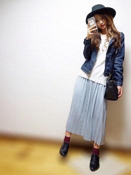 1グレーのプリーツスカート×白Tシャツ×Gジャン