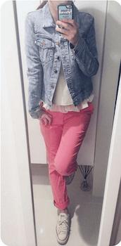 4ピンクのスキニーパンツ×フリル裾トップス×デニムジャケット