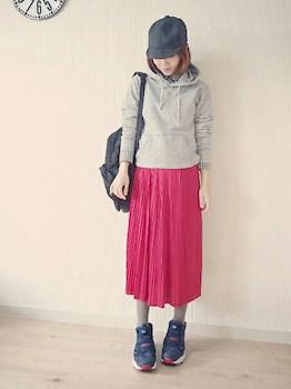 2赤のプリーツスカート×パーカー×キャップ