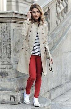 赤のスキニーパンツ×トレンチコート×ボーダーTシャツ