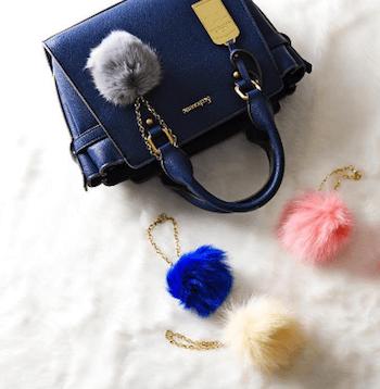 ファーチャーム×青のハンドバッグ