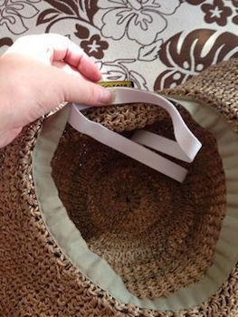 100均アイテムを使った帽子が風で飛ばない方法2 (内側にゴムを付ける)
