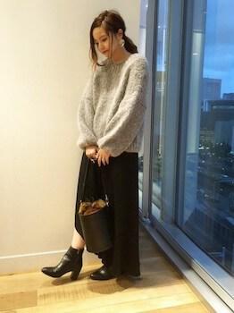 ショートブーツ×セーター×ヘムスカート