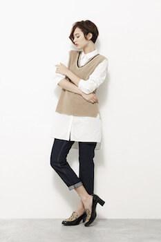 ノースリーブニット×ロングシャツ×ジーンズ