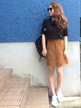 スエードスカート×黒Tシャツ×スニーカー