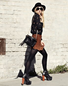 スエードスカート×黒ニットセーター×チャンキーヒール