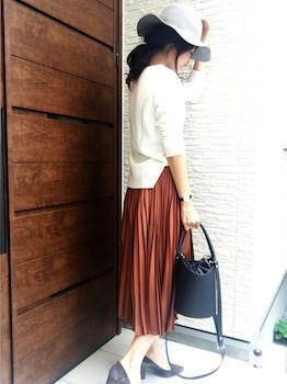 パンプスチャンキーヒール×白色セーター×プリーツスカート