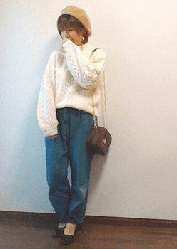 ボリューム袖ニット×デニムパンツ×ベレー帽