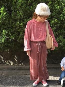 ボリューム袖ニット×ベロアパンツ×ファーニット帽